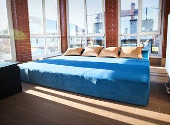 Огромный бескаркасный диван с подушками на веранду загородного дома, Домодедово
