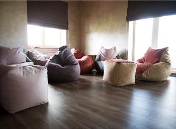 Кресла-пуфики в комнате отдыха загородного дома