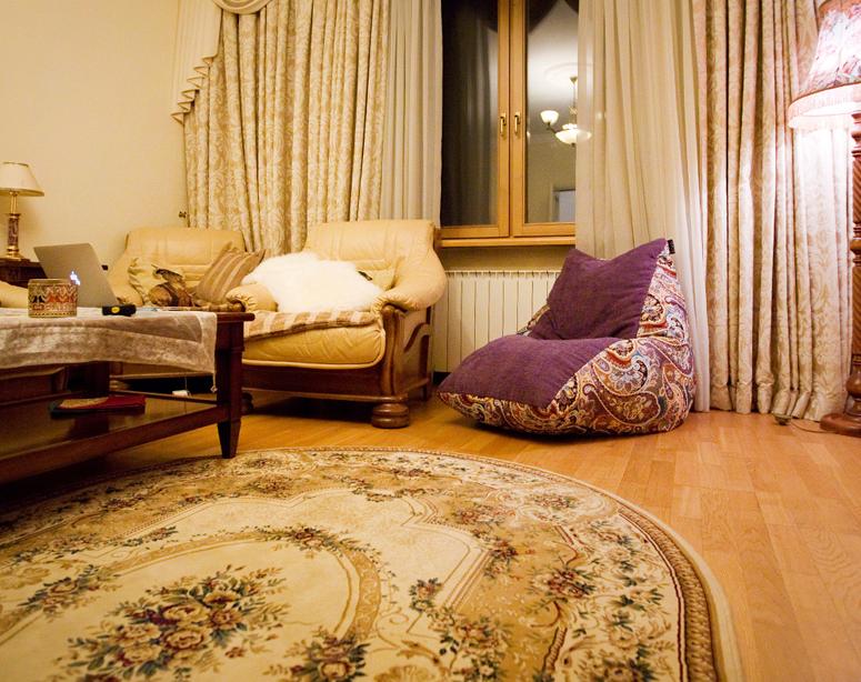 Кресло-пуфик Evening Tea Pie в интерьере московской квартиры