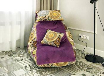 Бескаркасное кресло с откидывающейся подушкой из гобелена и велюра в гостиную