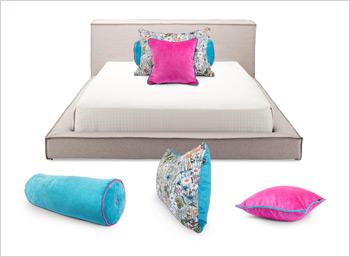 Яркий комплект подушек в светлый интерьер