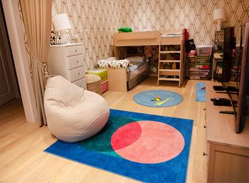 Кресло-груша молочного цвета в детской комнате, Москва