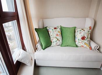 Подушки с попугаями на диванчик в зону отдыха