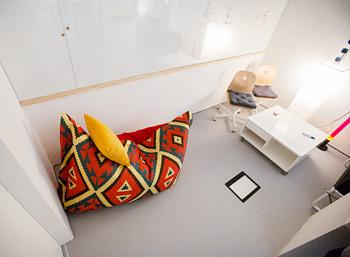 Бескаркасное кресло-подушка Tortuga Pad в комнате переговоров студии Aero