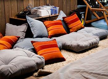 Бескаркасные сидушки с подушками для нового офиса студии Inty.Pro